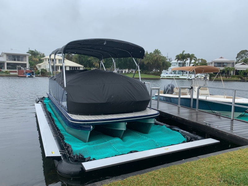 seapen-Larson-23ft-tri-hull-pontoon-boat